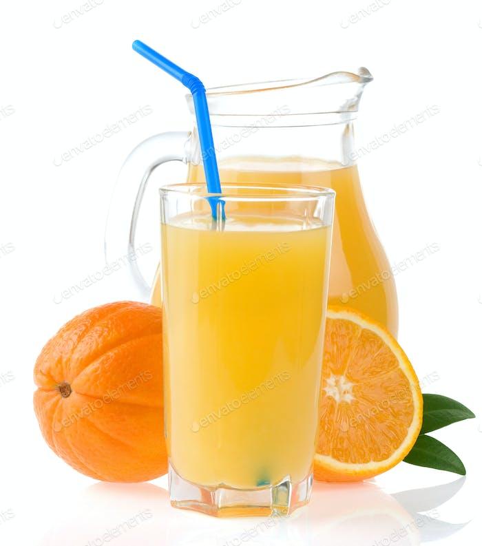 Orangensaft in Glas und Scheiben auf weiß isoliert