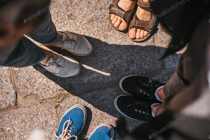 Draufsicht von Freunden Schuhe auf der Straße