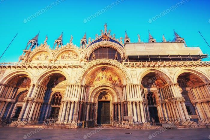 Die Patriarchalische Kathedrale Basilika des Heiligen Markus auf der Piazza