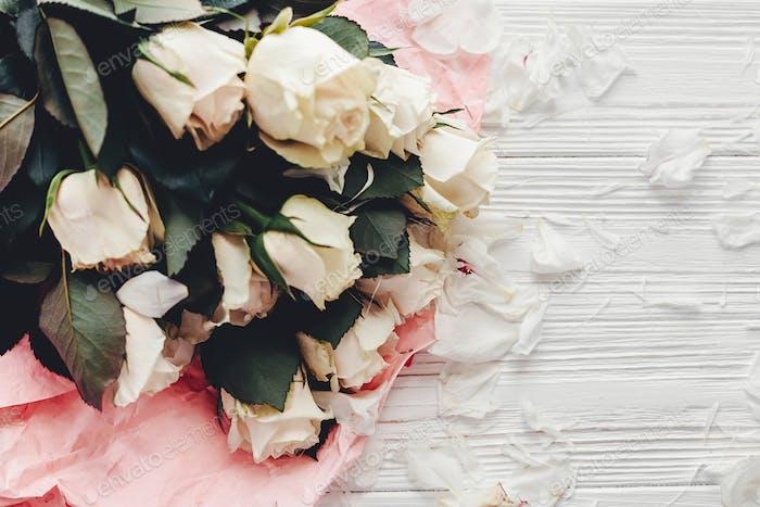 Weiße Rosen auf Holzhintergrund