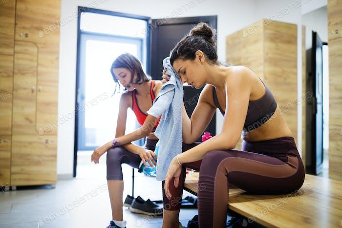 Erschöpfte junge Frau eine Pause nach dem harten Training in der Turnhalle