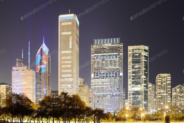 Skyline del centro de Chicago por la Noche, Illinois, Estados Unidos