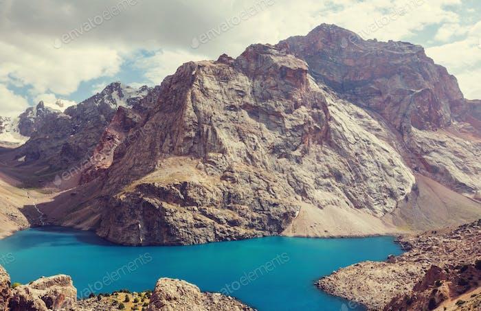 Lago de las montañas Fann