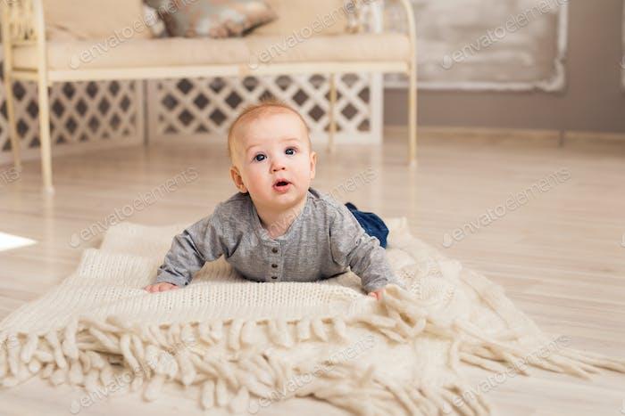 Schöne lächelnde niedliche Baby Jungen
