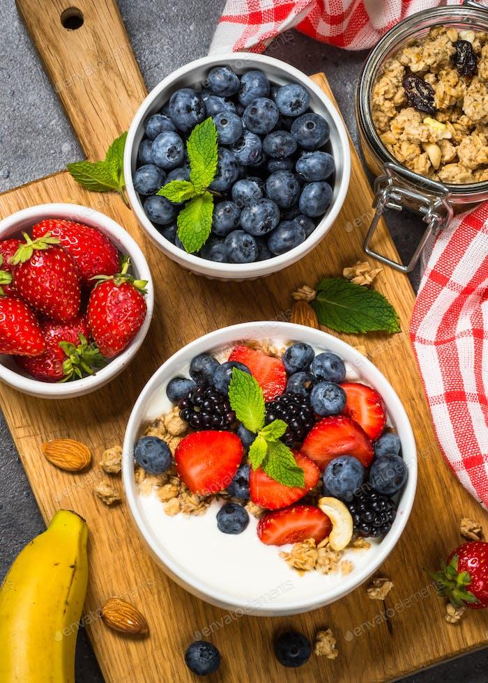 Greek yogurt granola with fresh berries