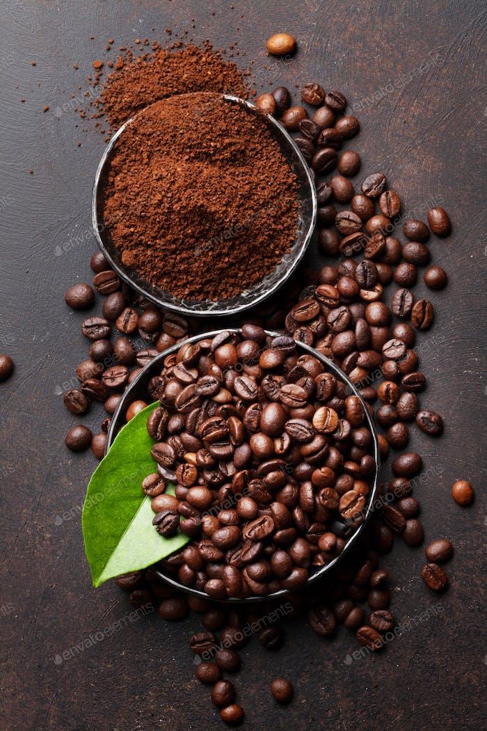 Kaffeebohnen und gemahlenes Pulver