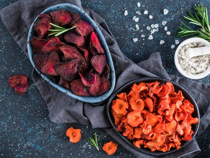 Baked beet slices. Healthy beetroot chips