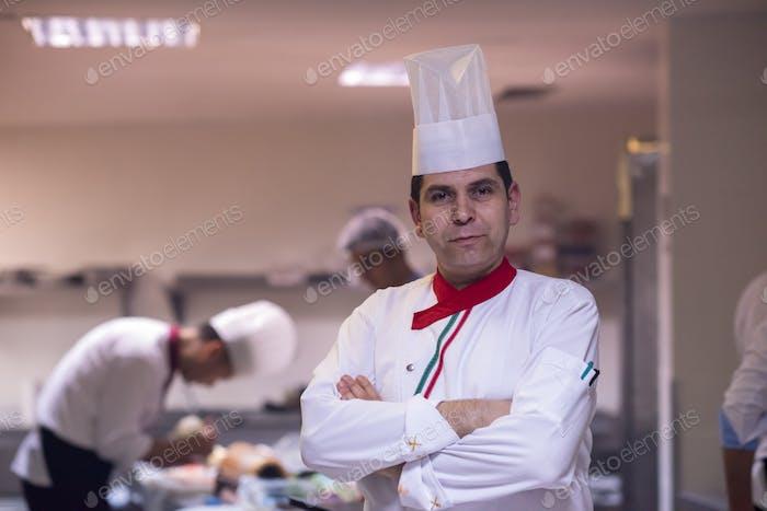 Vertical de joven chef