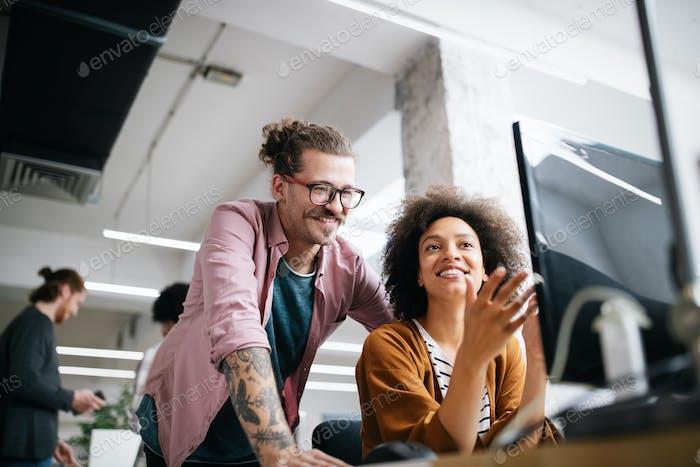 Успешная компания с счастливыми работниками. Бизнес, встреча, офисная концепция