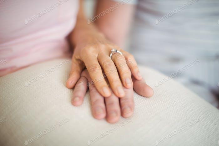 Seniorenpaar halten einander Hände