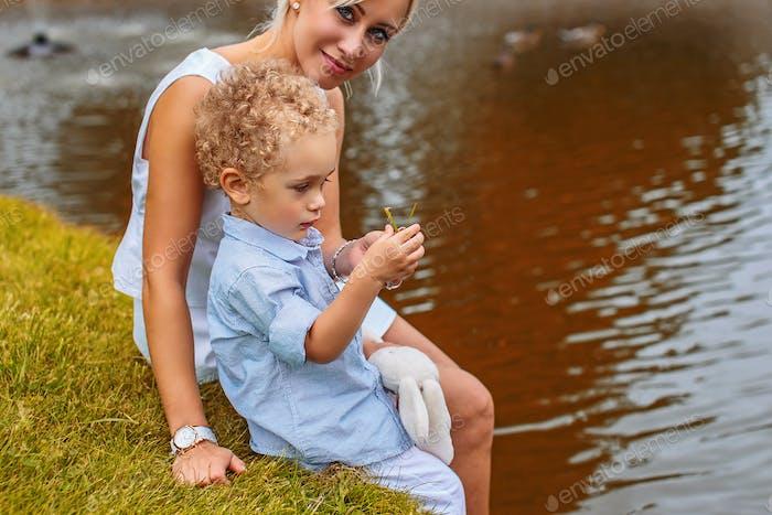 Schöne Mutter mit ihrem Kind.