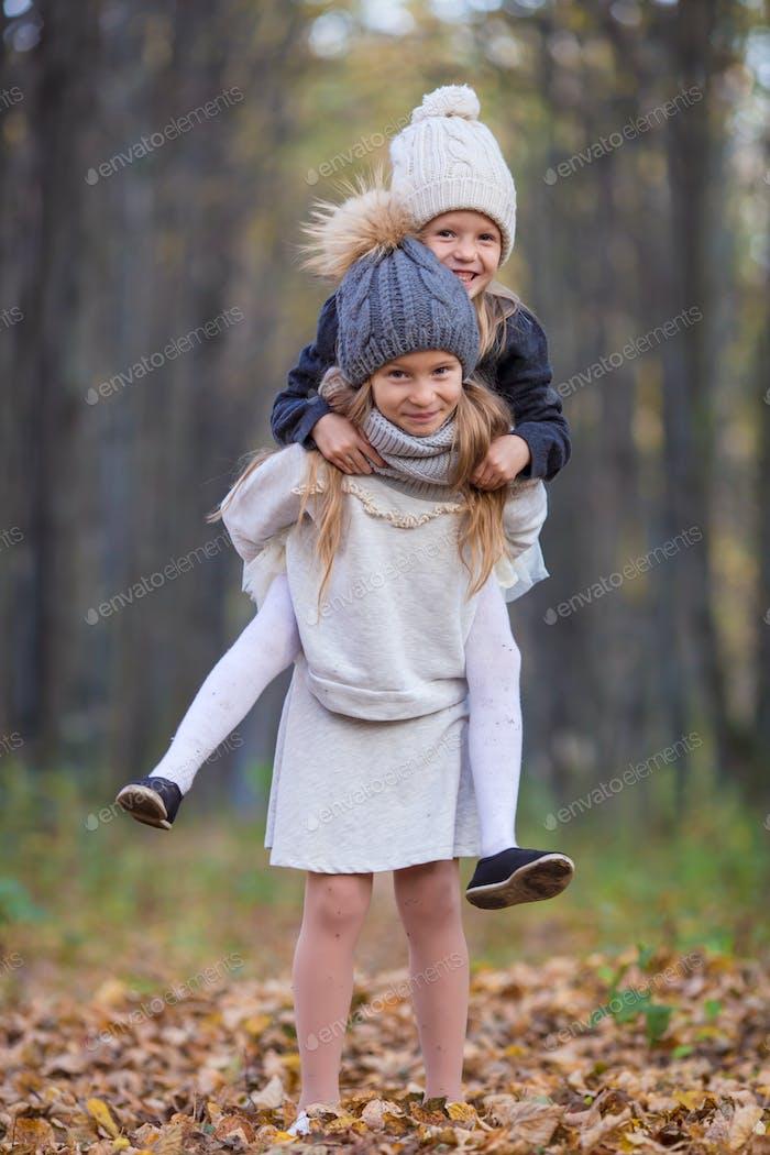 Kleine entzückende Mädchen bei warmen sonnigen Herbsttag im freien