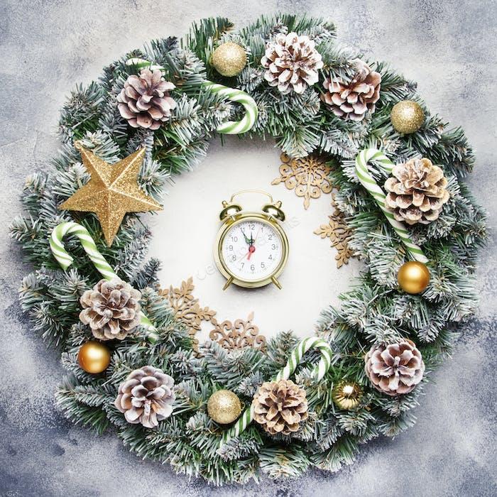 Weihnachten oder Neujahr Rahmen flache Zusammensetzung mit grünen Schneefannenzweigen