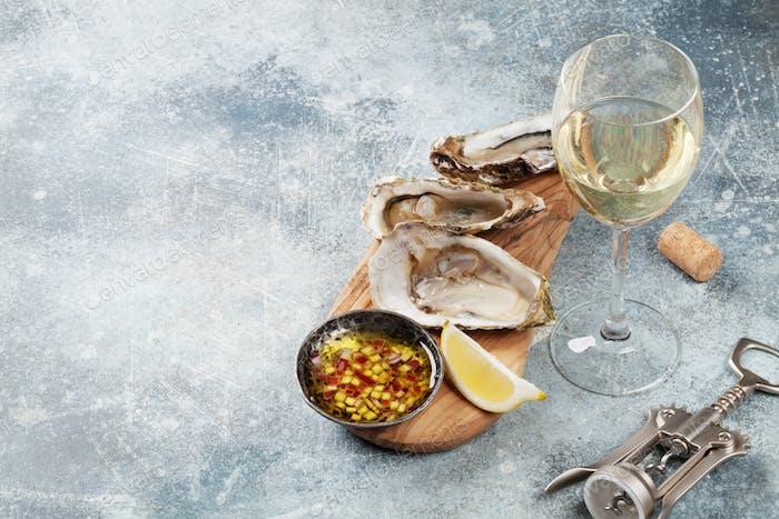 Frische Austern und Weißwein