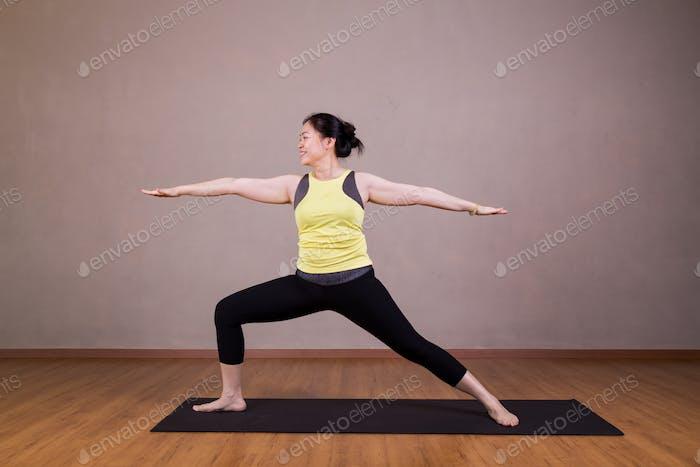 Weibliche Durchführung der Warrior 2 oder Virabhadrasana 2 Yoga-Pose