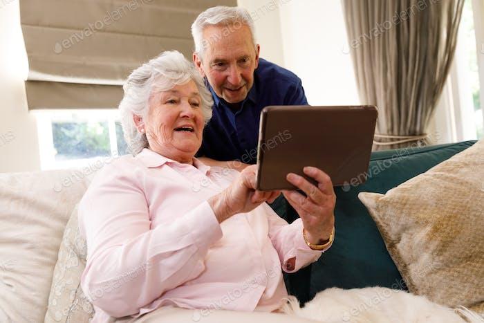 Senior kaukasisches Paar verbringt Zeit zu Hause