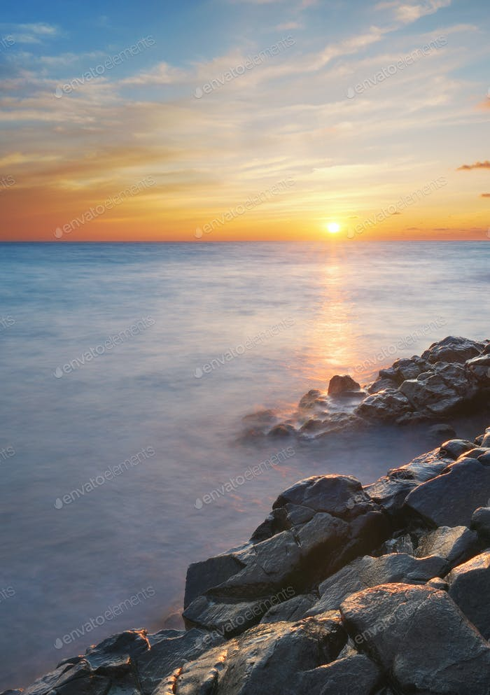 Hermosa puesta de sol en el mar.