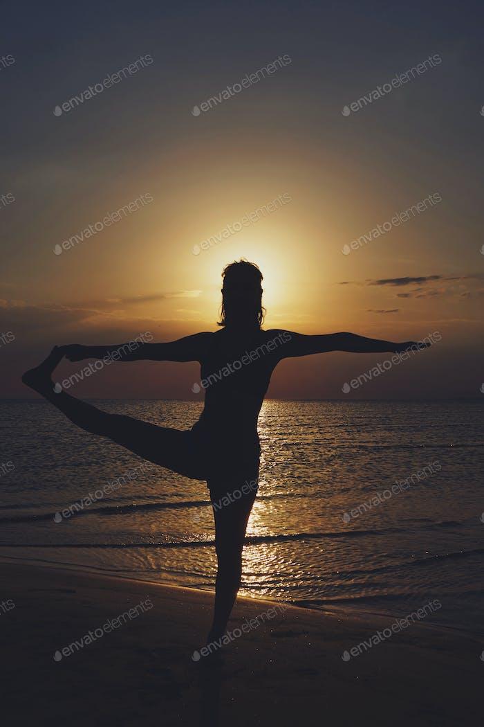 Mujer practicando yoga en varias poses (asana)