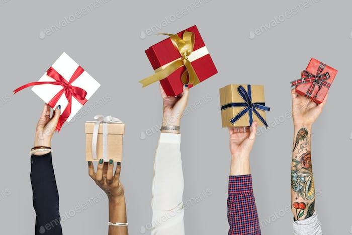 Vielfalt Hände halten Geschenke