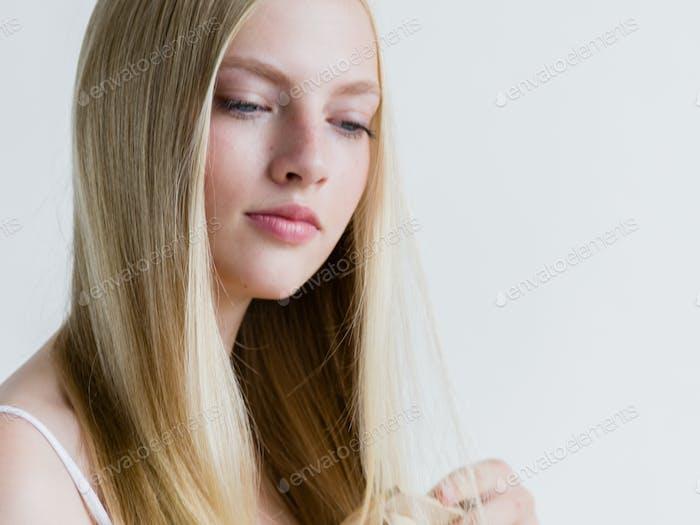 Haarbürsten Frau Haarbürste blonde lange gesunde Haare Schönheit