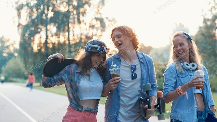 Glückliche junge Freunde mit Skateboards