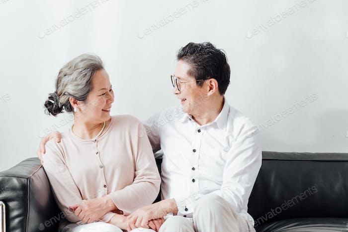 Porträt des älteren Paares sitzen auf dem Sofa