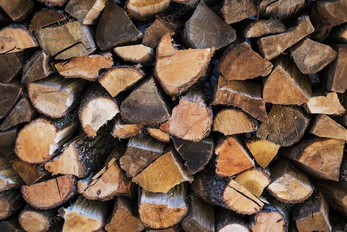Nahaufnahme von einem Stapel von Brennholzstämmen.