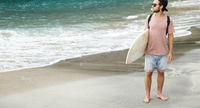 Активный отдых и концепция здорового образа жизни. Полнометражный открытый портрет босиком туриста