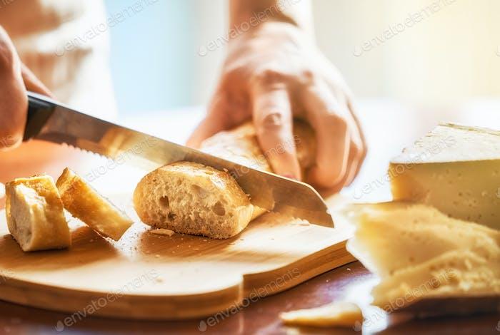 Person Brot schneiden