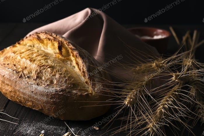 Pan fresco con trigo sobre mesa de De madera