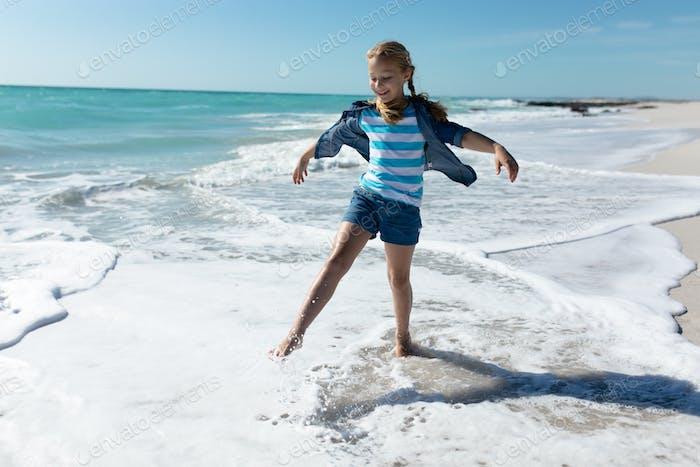 chica jugando en el playa