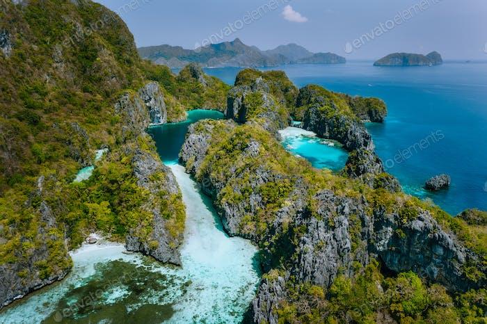 Luftaufnahme der Großen und kleinen Lagune. Miniloc Island, El Nido, Palawan, Philippinen. Surrealer Karst