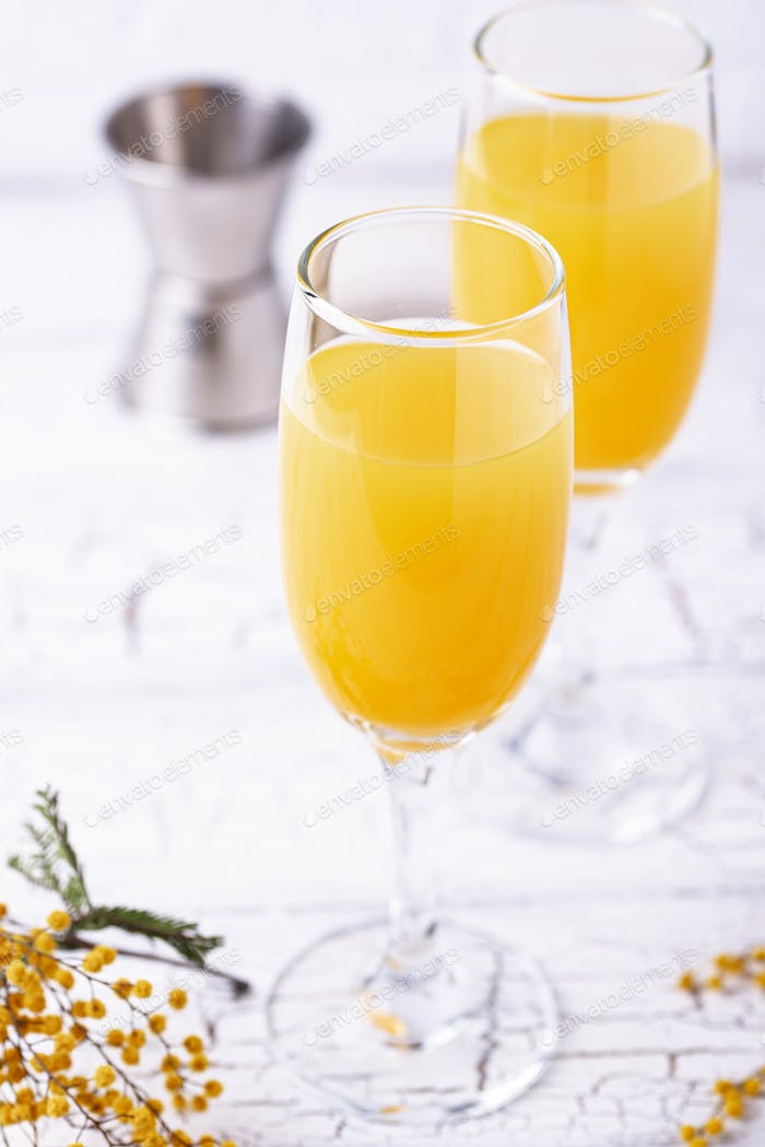 Mimosencocktail mit Orangensaft