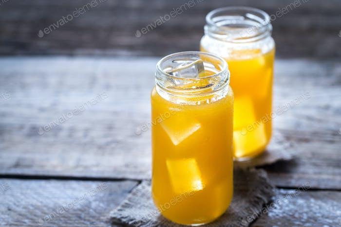 Gläser Orangensaft mit Eis