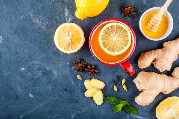 Tasse Tee mit Ingwer, Zitrone, Honig, Anis, Nelken und Kardamom