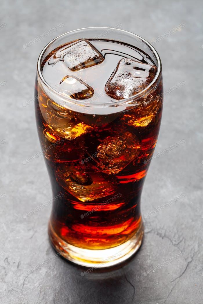 Klasse der Cola mit Eiswürfeln