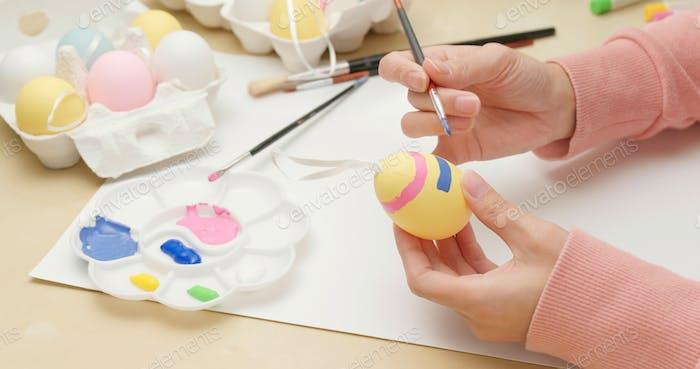 Zeichnung auf Ei für Osterferien
