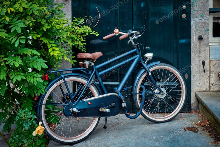 Fahrrad an der Tür eines alten Hauses in der Amsterdamer Straße