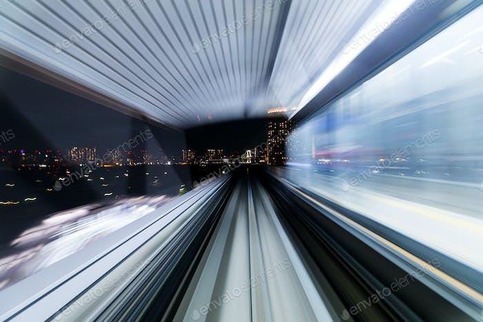 Bewegungsunschärfe des Zuges, der sich innerhalb des Tunnels in Tokio, Japan bewegt