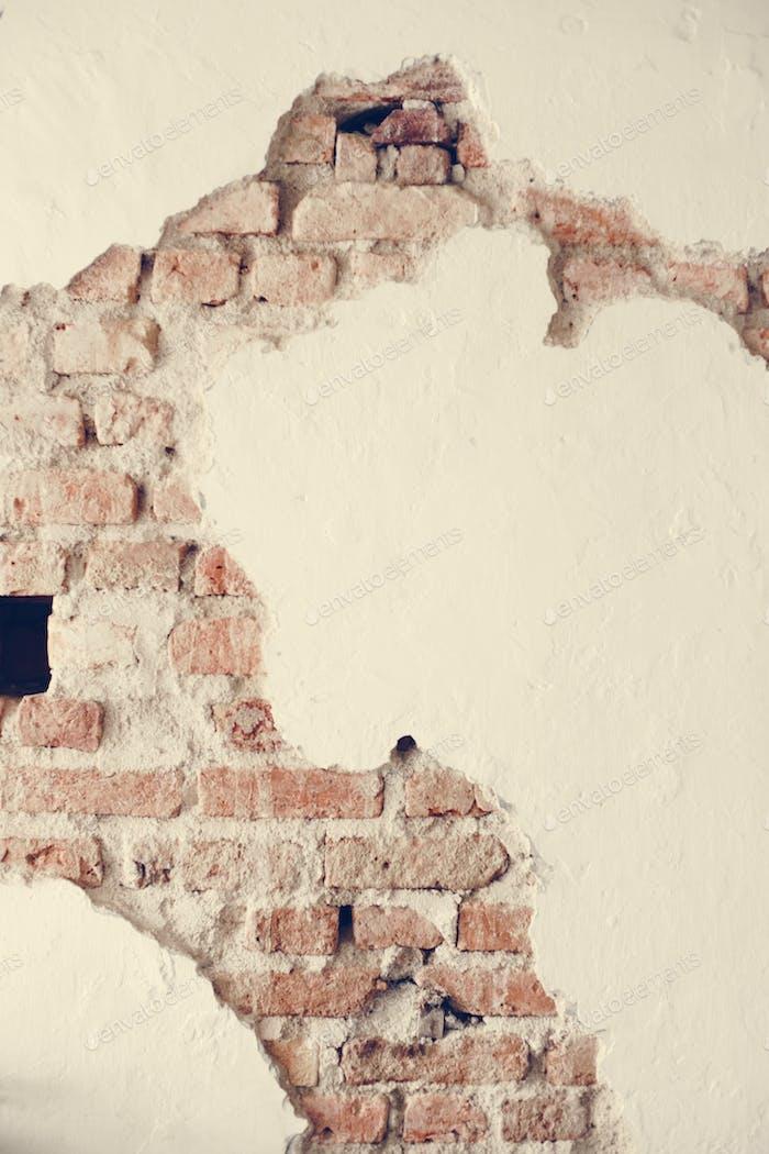 Eine gebrochene Betonwand mit Ziegeln