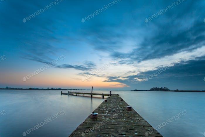 Blaue Dämmerung über einem ruhigen See