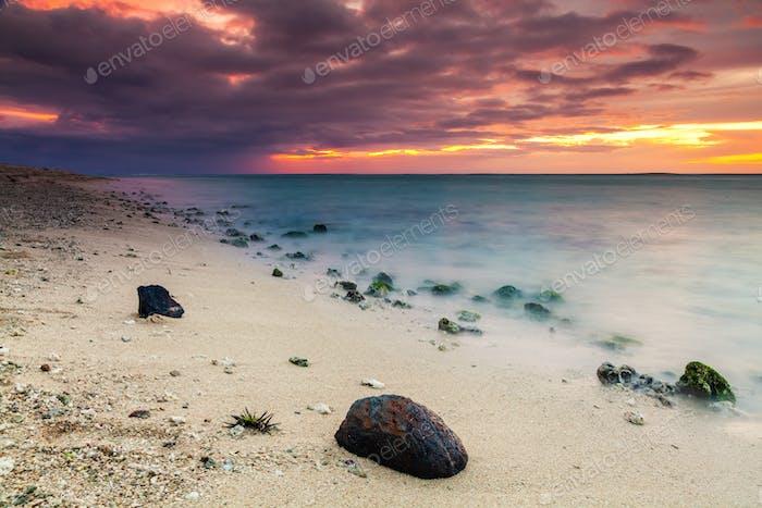 Schöner Sonnenuntergang am Strand in einem tropischen Resort auf der Insel Reunion.