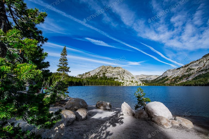 Friedlicher Tenaya Lake im Yosemite National Park, Kalifornien, USA