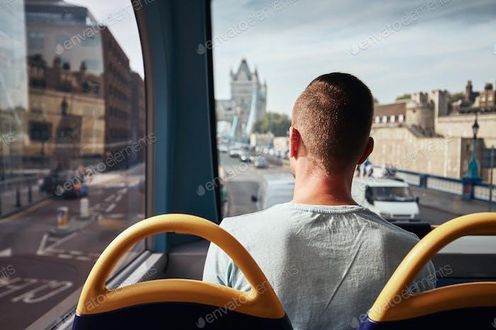 Mann, der mit dem Bus in London reist