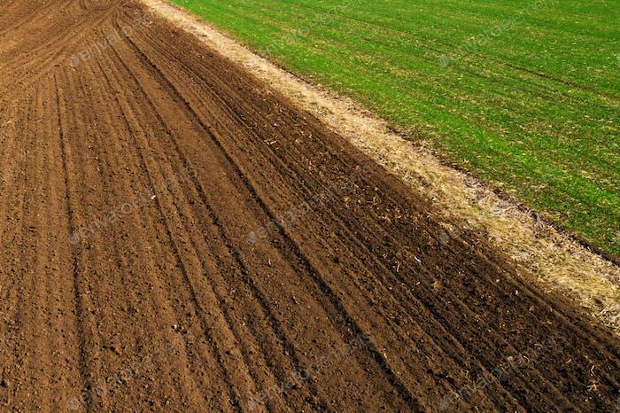 Luftaufnahme des gepflügten landwirtschaftlichen Feldes