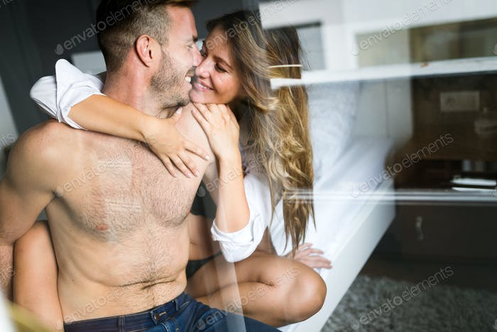 Attraktive sexy Frau mit ihrem Partner im Schlafzimmer