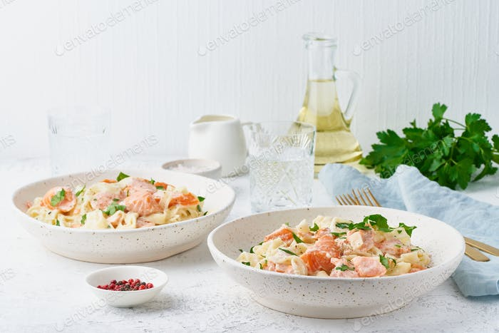 Lachs Nudeln, Tagliatelle mit Fisch und cremige Sauce. Italienisches Abendessen mit Meeresfrüchten