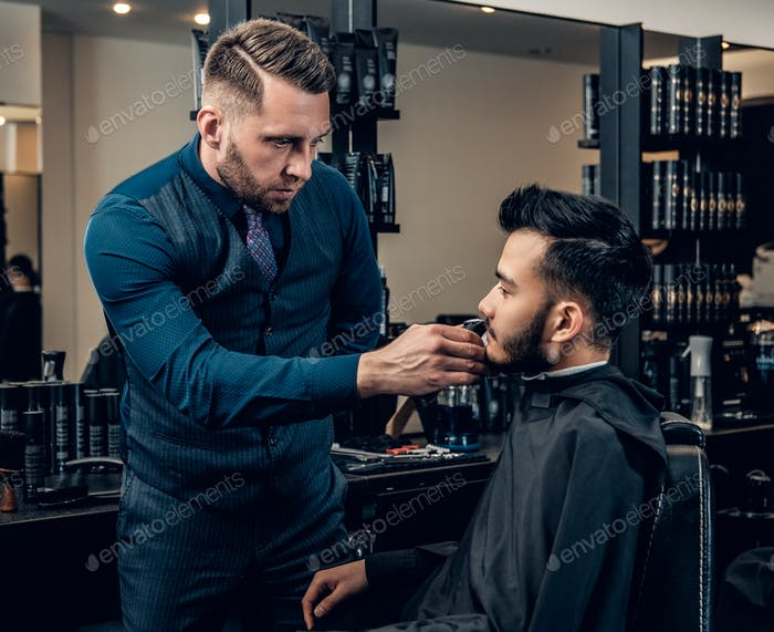 Мужская борода груминг с электронный триммером для бороды.