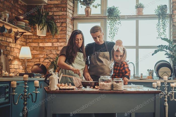 Porträt der kleinen Familie in der Küche