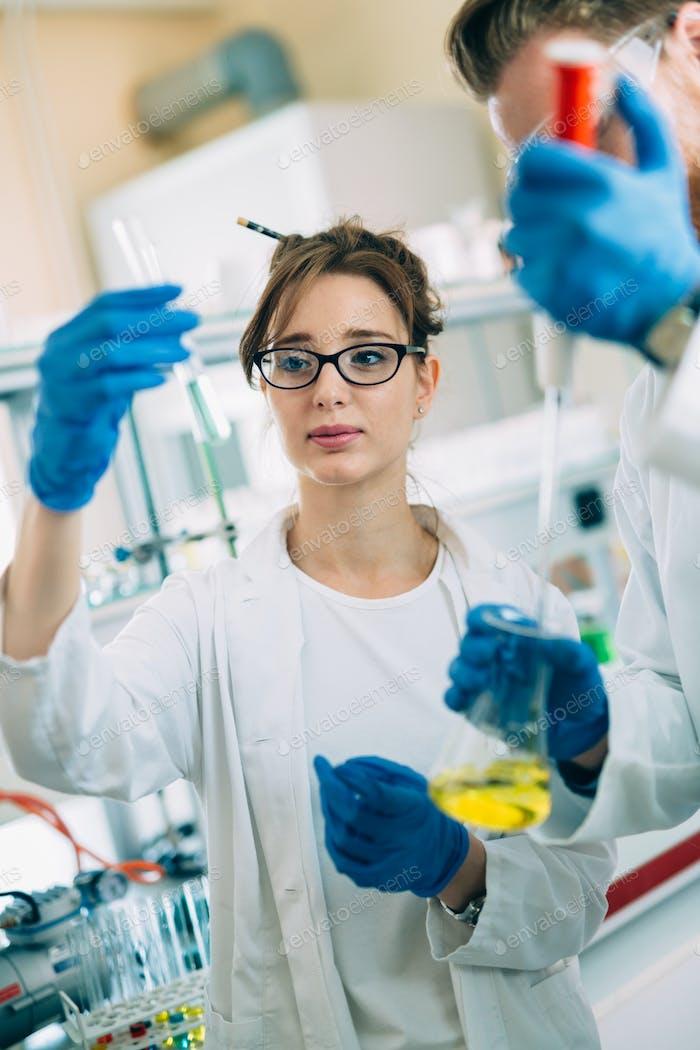 Студентка химии, работающая в лаборатории
